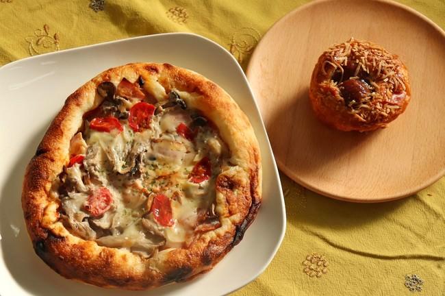 きのこのピザ(左)とマロンデニッシュ(右)