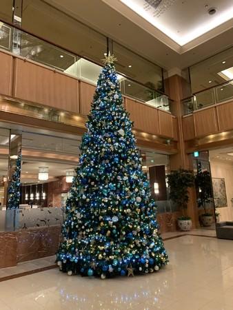 【ロイヤルパークホテル】清らかなブルーの高さ6.5Mのクリスマスツリーがロビーに登場!12/1からクリスマスATなども販売。