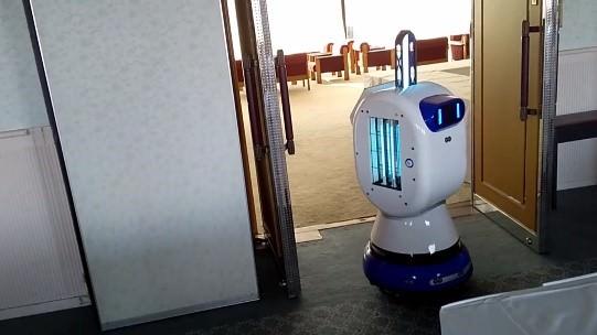 右:入口の取っ手等を入念に除菌する除菌ロボット