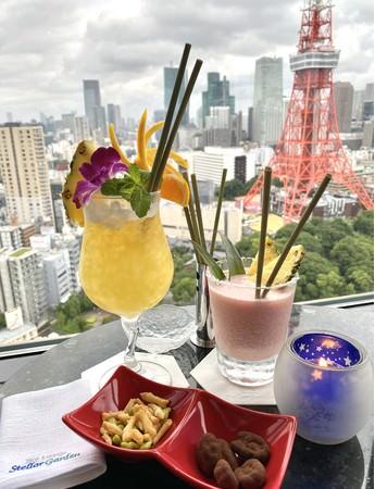 ザ・プリンス パークタワー東京 ホテル最上階バーラウンジ「ステラガーデン」のグリーナーストローを使用したトロピカルなカクテル。