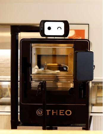 世界発のバウムクーヘン専用AI焼成機「THEO(テオ)」