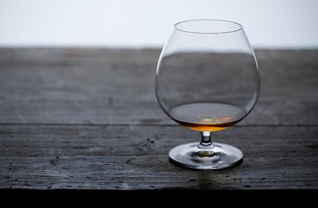 グラスはふくよかな形状でステムの短いタイプを