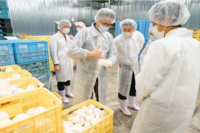 竹原物産の加工所で説明を受ける