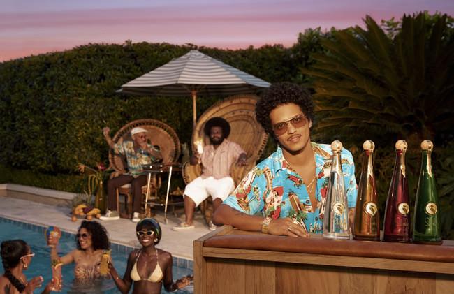 ラムブランド「セルバレイ」ブルーノ・マーズが監督と主演を務めたキャンペーン映像を公開|新作ラム「セルバレイ ココナッツ」も登場