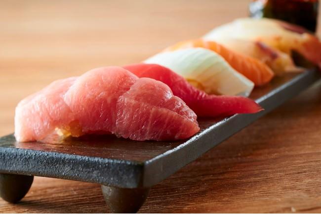 リピーター続出の寿司は不動の人気本マグロ他日替わりの新鮮なネタがずらりと並ぶ