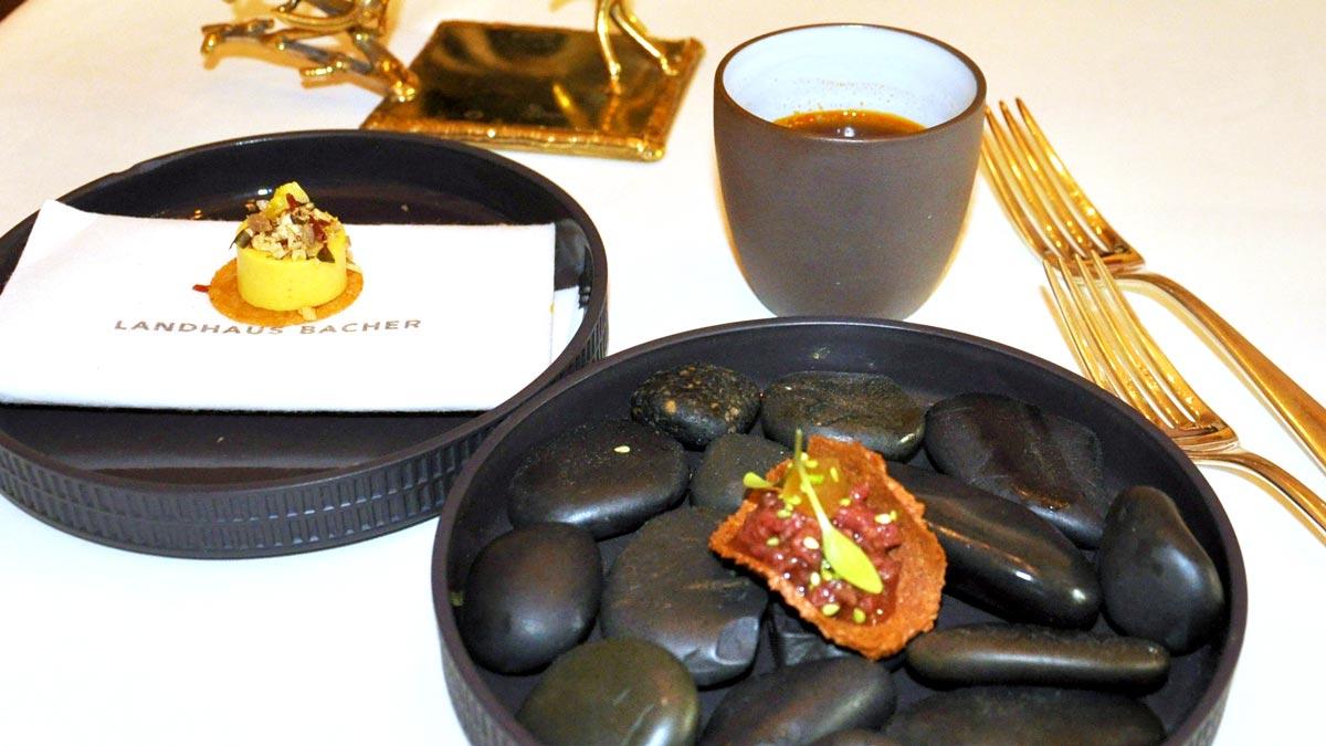 Schwarzbrot-Tacho mit Tatar vom Asiabeef, Koriander und Maiscreme, Waldviertler Stosuppe