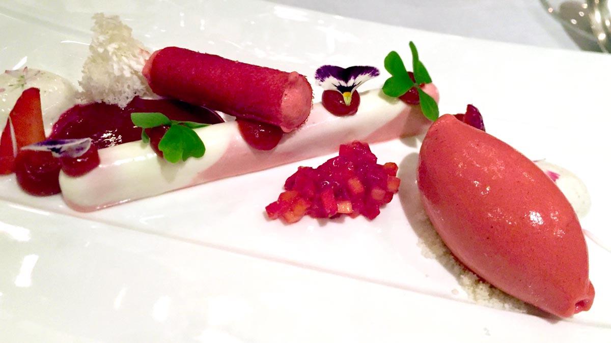 Sauerrahm Cannelloni mit Erdbeer-Sorbet und Vanille