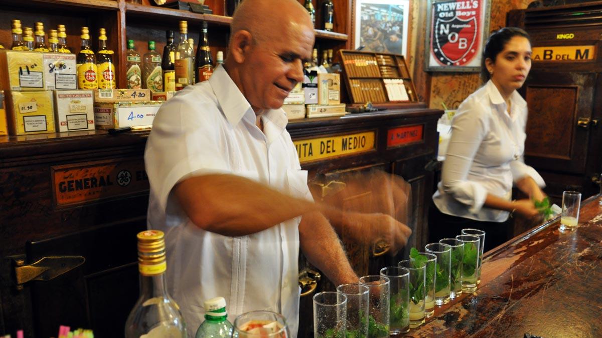 Barkeeper Roberto und sein Kollege Bismarck (der heißt wirklich so) öffnen jede Woche Hunderte von Flaschen Rum für Tausende von Mojitos