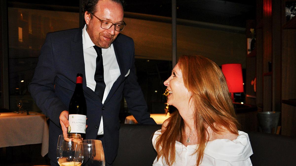 Lockerer Gastgeber und Spitzen-Sommelier: Frank Glüer hat das komplette Welt-Weinprogramm abgespeichert