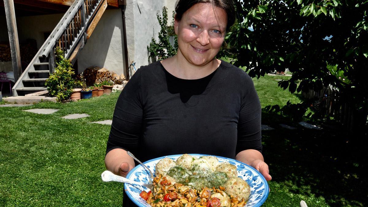 Mitterstiller: Gastgeberin Helene Mur präsentiert ihre hausgemachten Knödel mit frischen Pfifferlingen. Foto WR