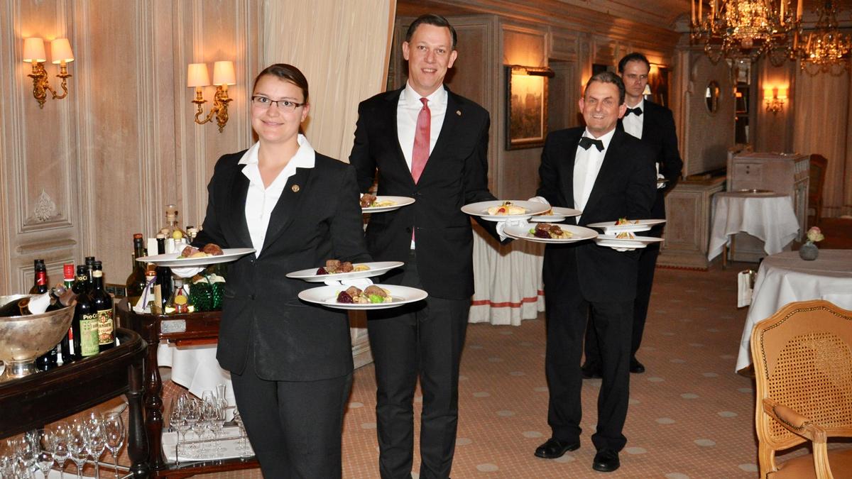"""Restaurantchef Simon Adam mit seiner """"schwarzen"""" Brigade. Foto WR"""
