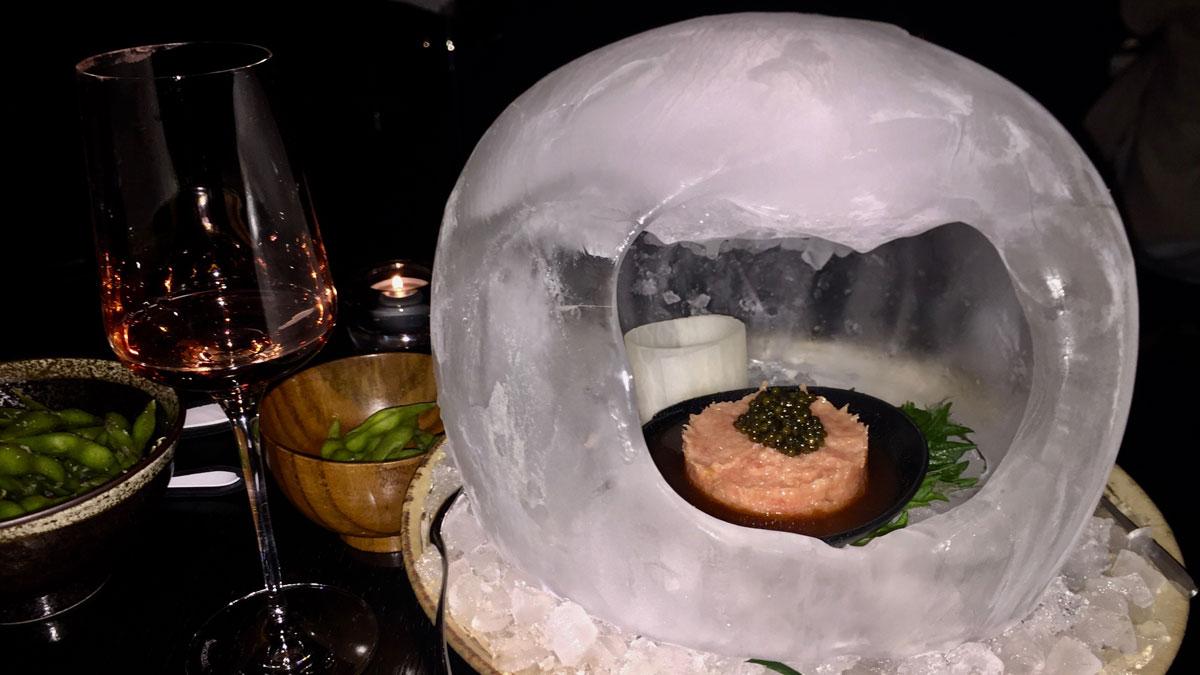 Thunfisch-Tartar, präsentiert im dekorativen Eis-Iglu. Foto WR