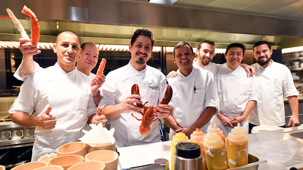 Küchenchef Joaquin Santos mit seiner euro-asiatiaschen Crew. Foto Sabine Brauer