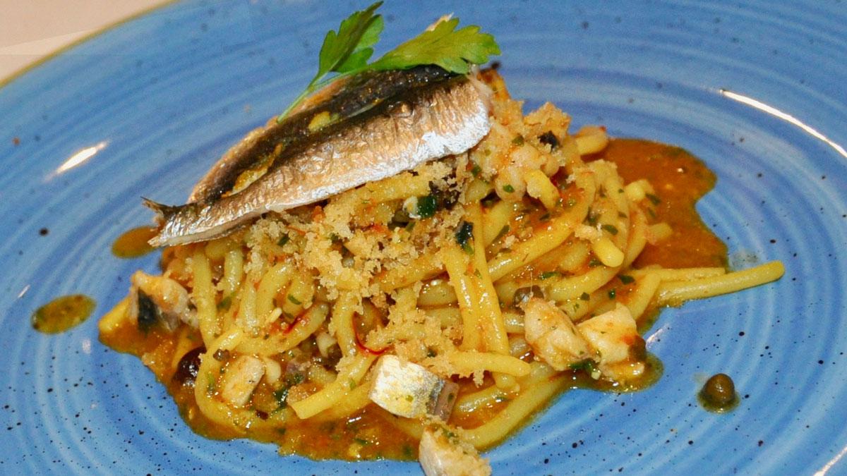 A'Cuncuma: Tribute to Palermo – Pasta con le Sarde. Spaghetti mit Sardinen, Zwiebeln, Kapern, Fenchel. Foto HvF