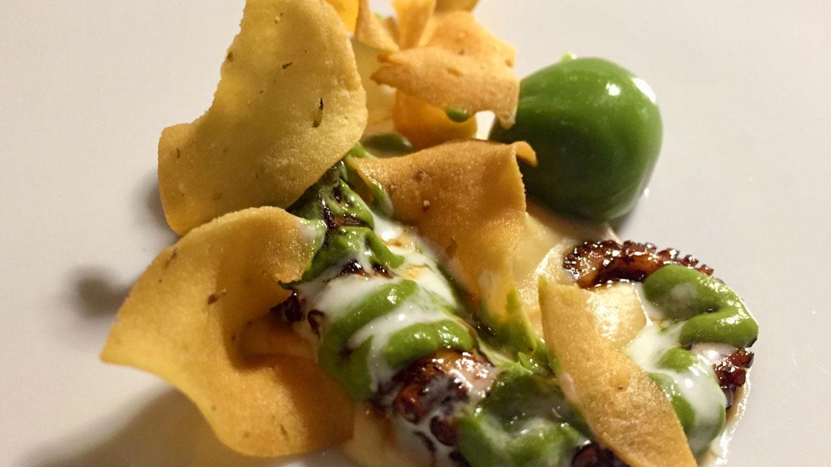 Gagini: Gegrilter und glasierter Oktopus mit Kichererbsen-Chips. Foto HvF