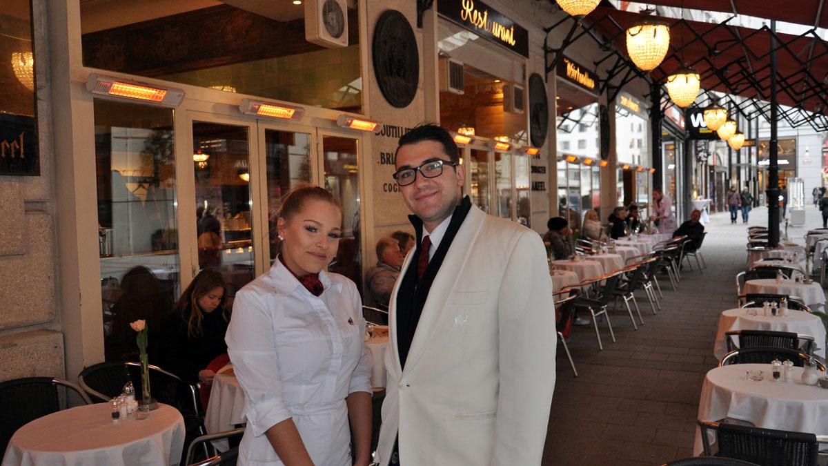 Zum Schwarzen Kameel: Isabella und Vincent auf der Terrasse des IN-Restaurants. Foto WR