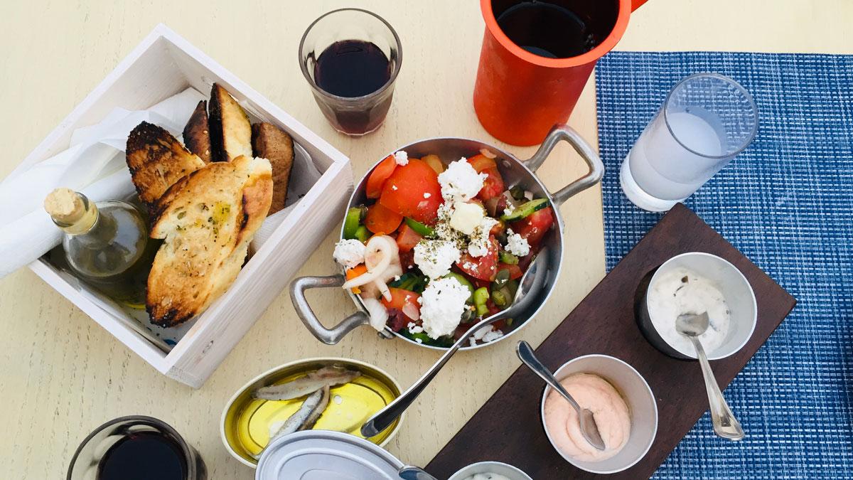 Mezze (griechische Tapas wie Salat, Sardinen, Tzatziki, Fischrogenpaste). Foto IH