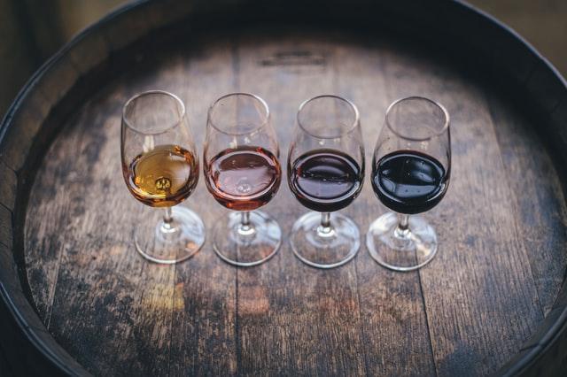 Quatre verres de vin sur un tonneau