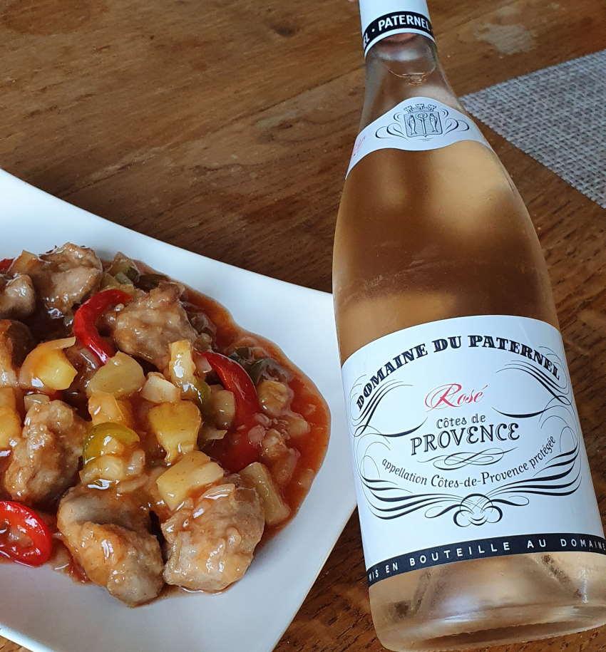 Plat de porc à l'ananas à l'aigre douce et bouteille de côtes de Provence rosé