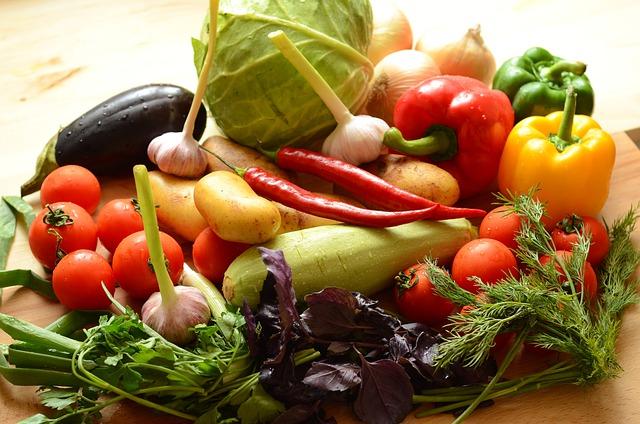 Présentation d'un assortiment de légumes crus  alimentation vivante
