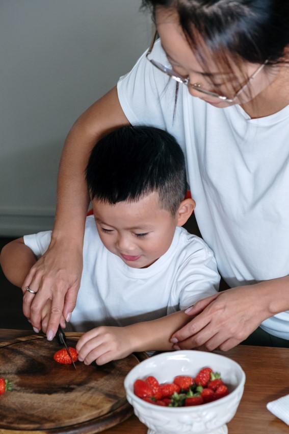 cuisiner avec son enfant, le laisser manipuler les aliments