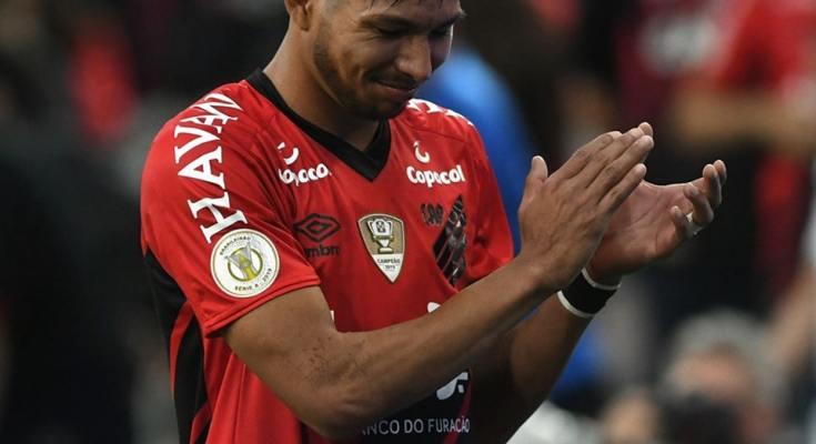 """Sob gritos de """"é, campeão"""", Athletico-PR vence Fortaleza"""