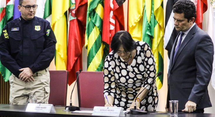 A ministra dos Direitos Humanos, Damares Alves, e o ministro da Justiça, Sergio Moro, assinaram hoje (11) um acordo de cooperação técnica com a Polícia Rodoviária Federal.