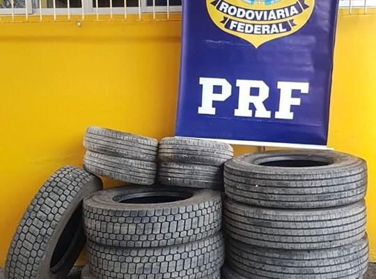 PRF apreende pneus escondidos em carga de milho na BR 101, em Itapema