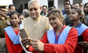 nitish kumar with students