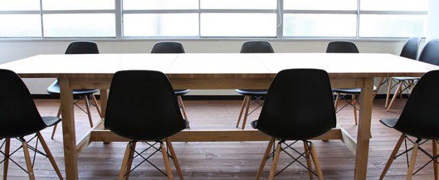 MIXERのテーブルと黒くてシンプルな椅子