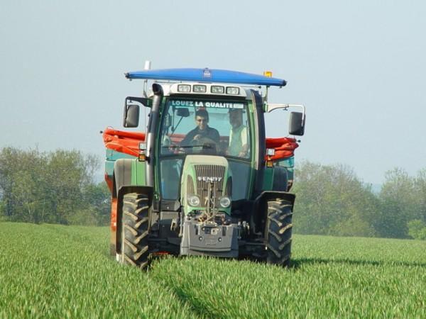 Jean Fumery, au volant de son tracteur, l'hydroNsensor disposé sur le toit