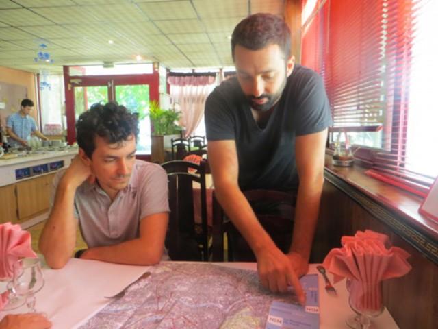 Paul-Hervé Lavessière (à gauche) et Baptiste Lanaspeze. Pique-nique chinois à Choisy-le-Roi. Septembre 2013 © Antoine Capliez