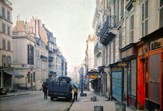 La rue des Martyrs en direction de l'église Notre-Dame-de-Lorette, avec à gauche la rue de la Tour d'Auvergne par Stéphane Passet