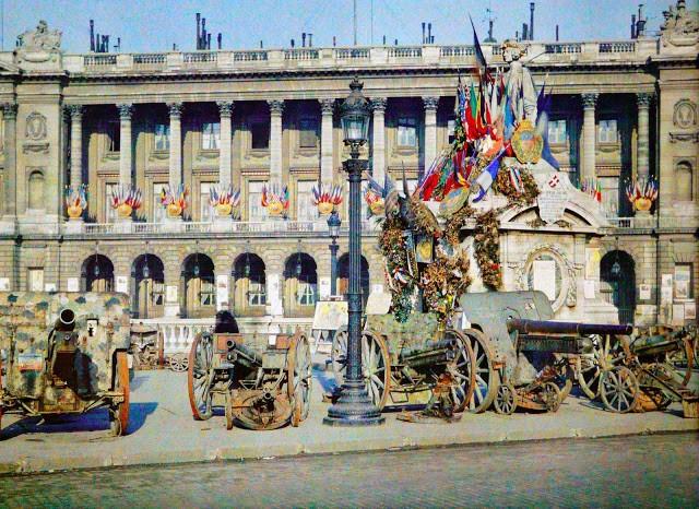 Place de la concorde le 14 nov 1918 Canons pris aux Allemands exposés place de la Concorde, Statue de Lille et bureau de souscription par Auguste Léon