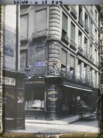 Vieille enseigne à l'angle des rues des Nonnains-d'Hyères et de l'Hôtel-de-Ville, actuelle place du Bataillon-français-de-l'ONU-en-Corée par Auguste Léon