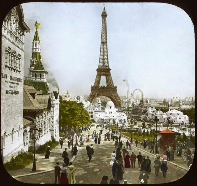 Vue sur la tour Eiffel à l'exposition universelle de 1900