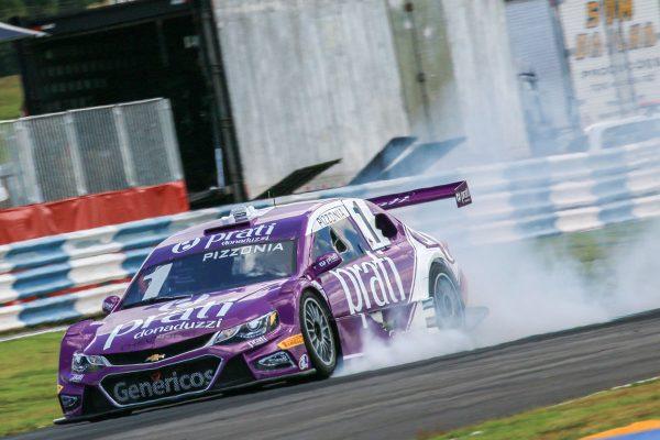Antonio Pizzonia tortures his left front, Stock Car Brasil.