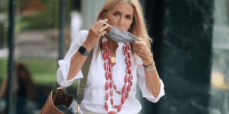 Μαρέβα Μητσοτάκη: Βόλτα με casual look και προστατευτική μάσκα