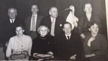 De 11 børns ægtefæller: Erik (Ebba), Alvyn (Tulle), Niels Stie (Inger/Søster), Karen (Reinholdt), Inger (Olav), Kristine (svigermor), Finn (Lone) og Kirstin (Holger)