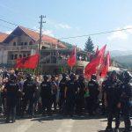 Албанци из Мушутишта и даље држе у блокади пут према цркви