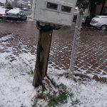 Станари Приштинске улице две недеље позивају КЕДС да обезбедни бандеру која само што се није срушила