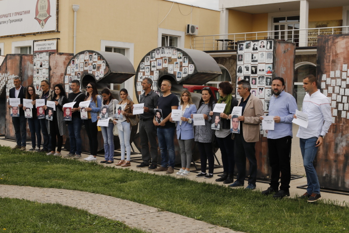 Протести новинара у Грачаници: Вратити достојанство професији, одговорне за убиства и киднаповања казнити, пресија над нама мора престати!