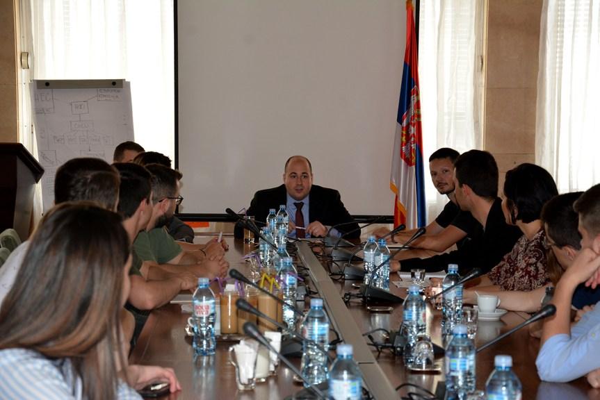 Козарев са српским и албанским студентима