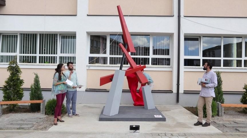 Косовска Каменица: Школи на поклон, огромна скулптура