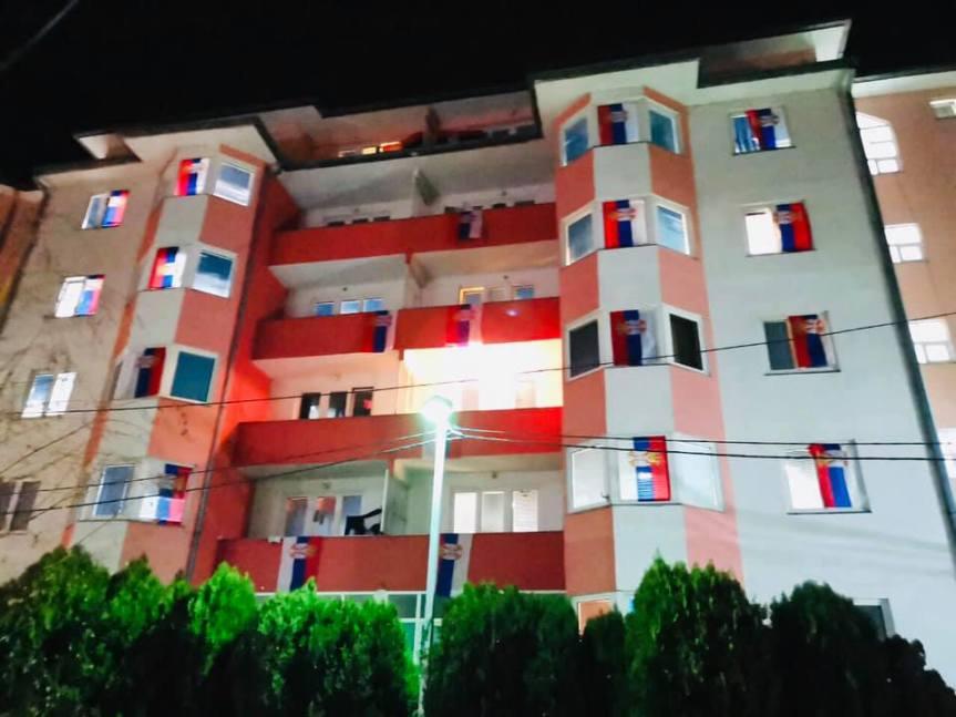 Северна Митровица окићена српским заставама