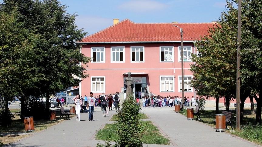 Канцеларија за КиМ: Рачунари на поклон за успешну дигитализацију Средње медицинске школе у Грачаници