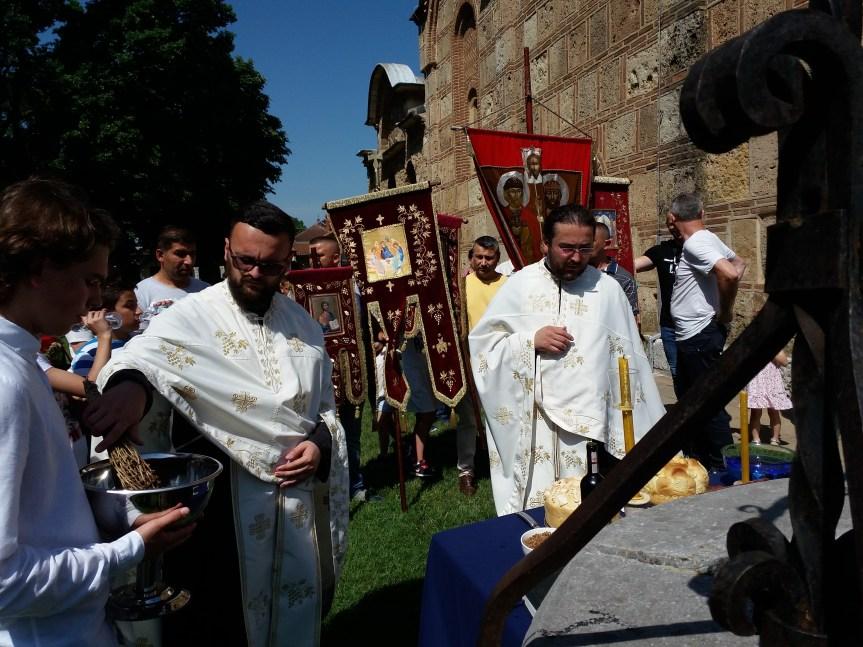 Грачаница: Свечана литургија и литија за празник Свете Тројице