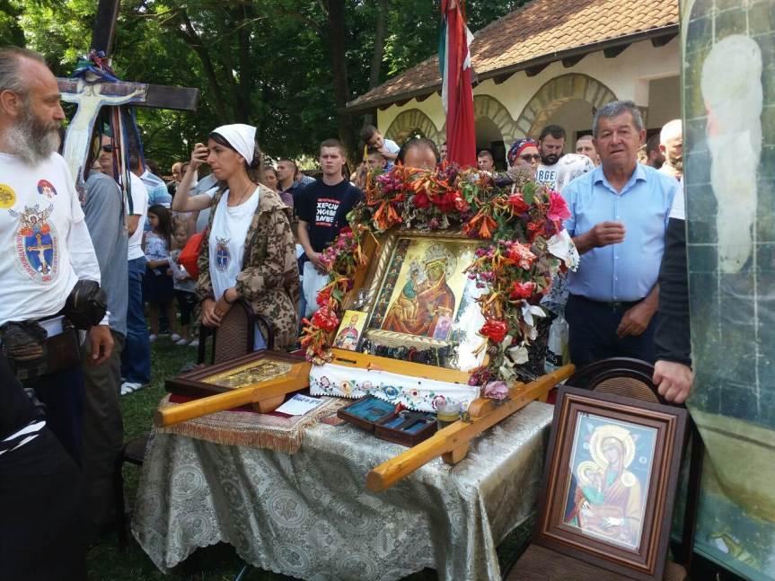 Реплика чудотворне иконе Богородице Пећке Краснице данас била изложена у порти манастира Грачаница