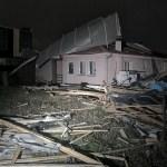 Грачаница: Кров Основног суда срушио се на Старачки дом и контејнерско насеље. Нема повређених
