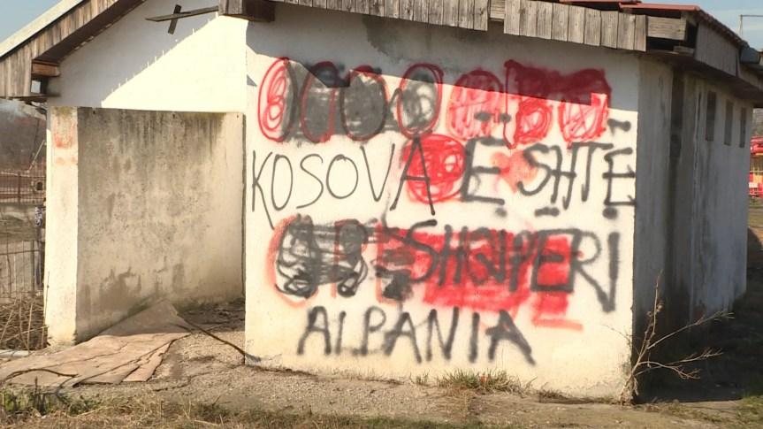 Grafiti na pomoćnom objektu škole u Preocu